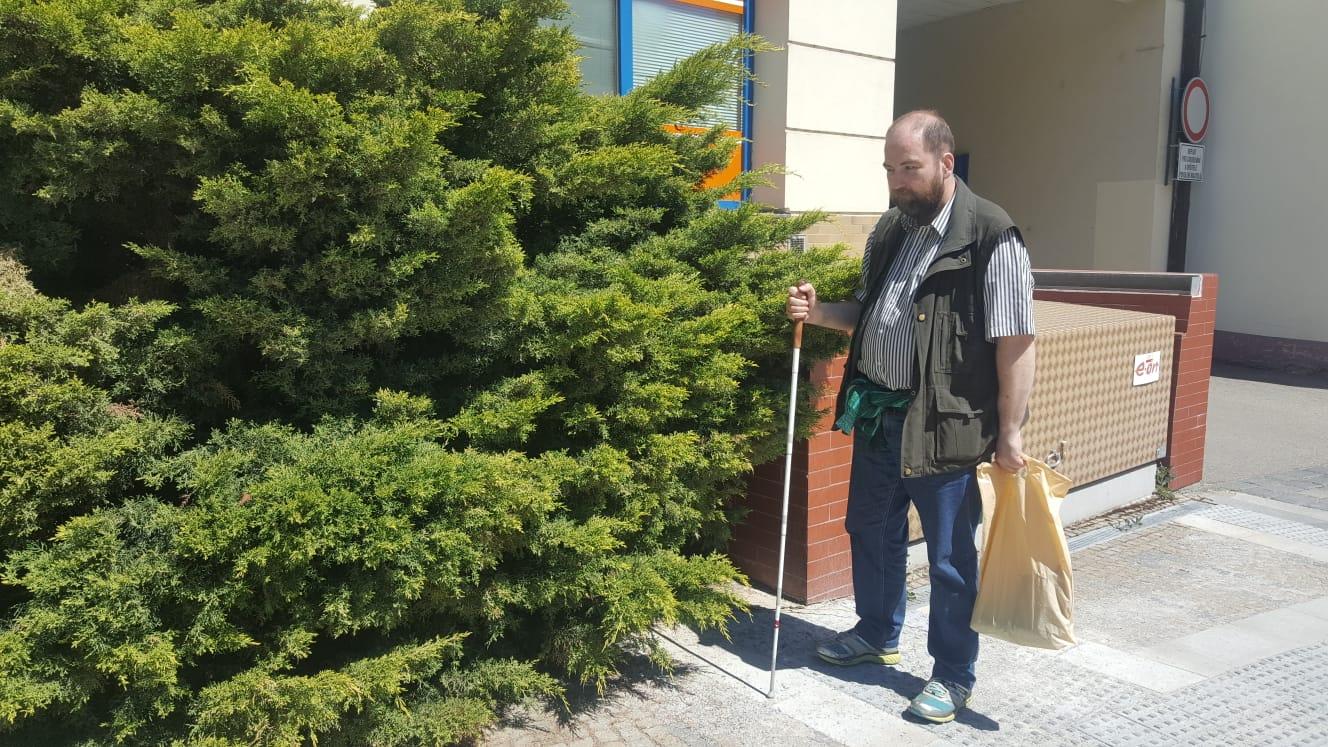Nevidomý Aleš Klabouch si stěžuje na dláždění ulic v Jindřichově Hradci. U přechodu na Masarykově náměstí ho například signální pás vede do křoví