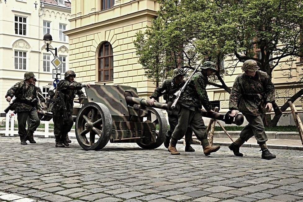 Bojová ukázka k připomínce výročí konce druhé světové války před Jihočeským muzeem v Českých Budějovicích