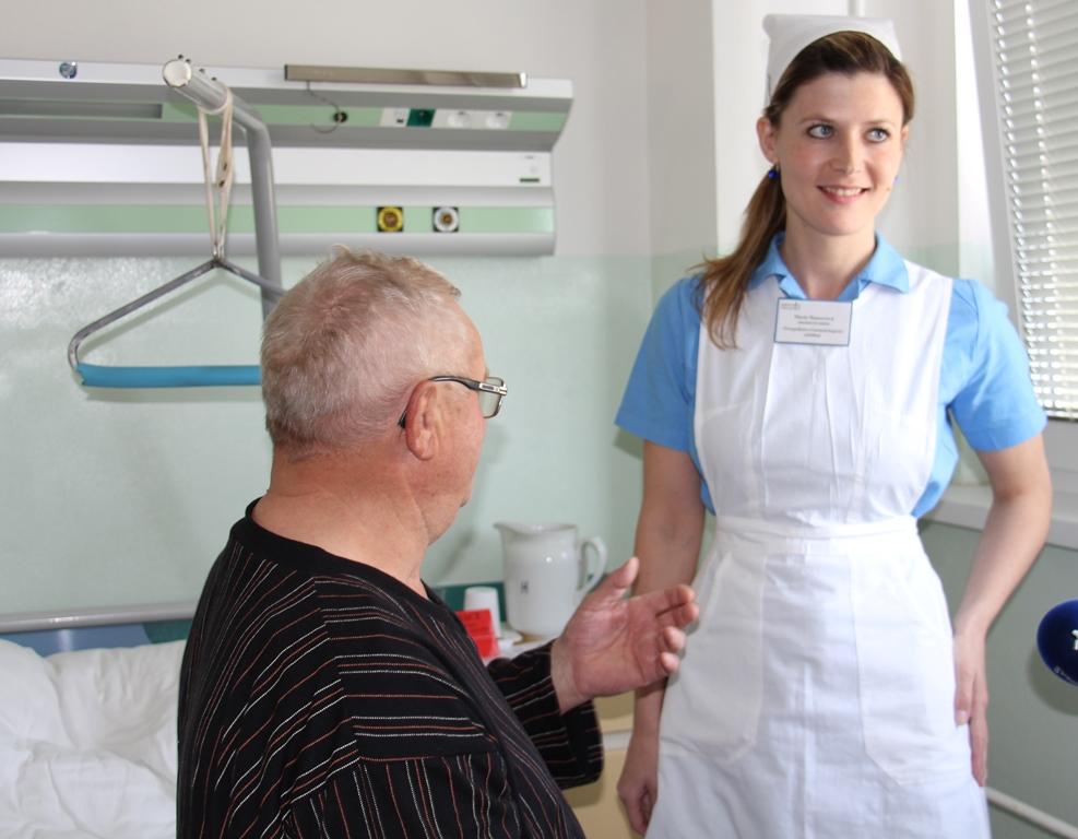 Sestry v prachatické nemocnici nosí na připomínku Dne ošetřovatelství klasické uniformy z dřívějších let - modré šaty, bílou zástěru a čepec