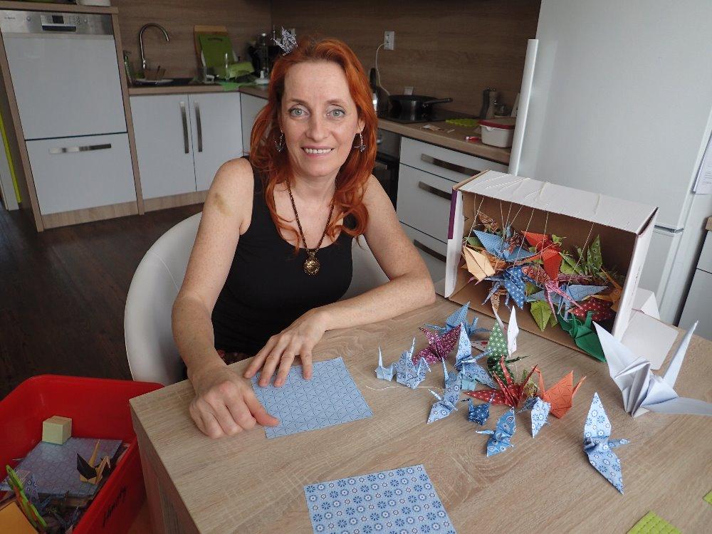 Monika Brýdová skládá origami. Nejznámější figurkou je jeřáb