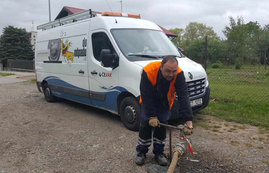 Hydranty v Suchém Vrbném kontroluje provozní montér Jakub Noll