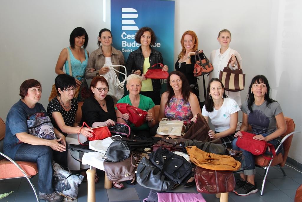 Do Českého rozhlasu přinesli lidé stovky kabelek pro veletrh