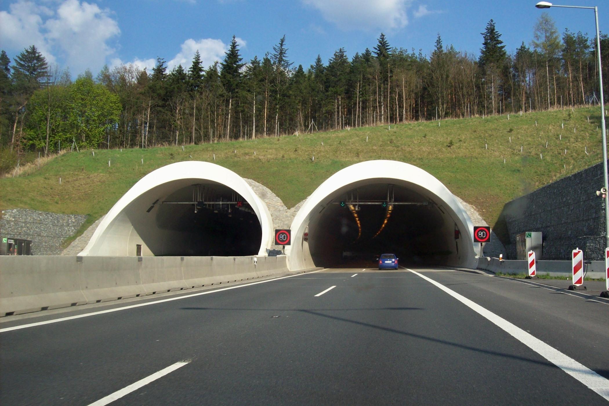 Západní portál tunelu Valík na dálnici D5, nedaleko Plzně