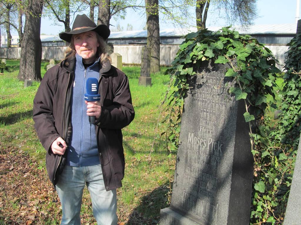 Redaktor Českého rozhlasu České Budějovice Zdeněk Zajíček na židovském hřbitově v Českých Budějovicích