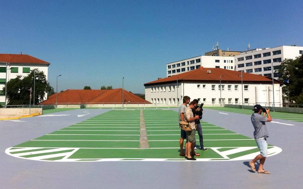Patrový parkovací dům vyrostl u českobudějovické nemocnice. Celkem teď mají pacienti k dispozici asi 500 míst