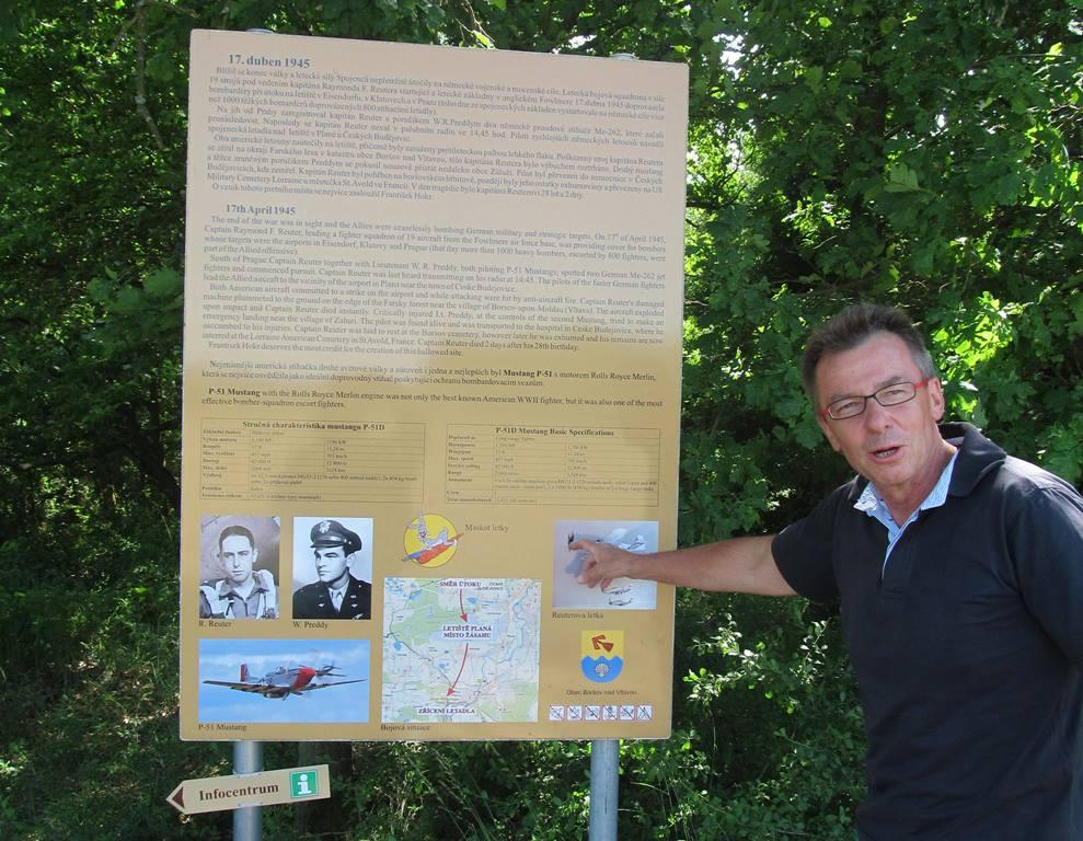 Pietní místo u Boršova nad Vltavou připomíná sestřelení svou amerických pilotů v dubnu 1945. Starosta Jan Zeman ukazuje informační tabuli