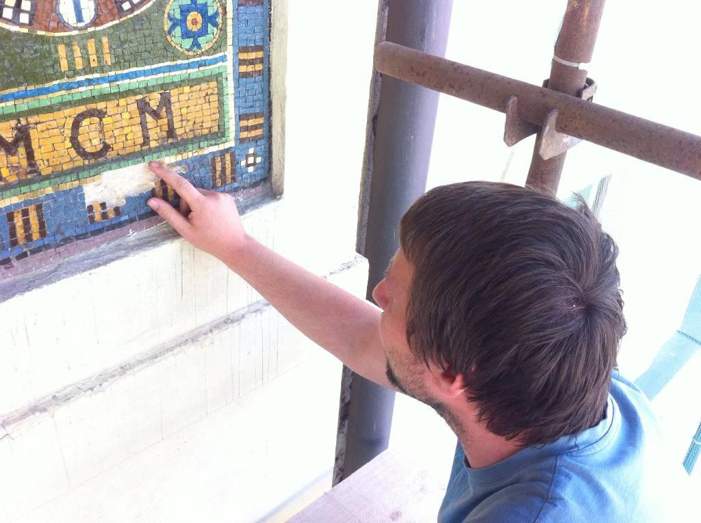 Rozměrná mozaika na průčelí kostela Panny Marie Růžencové v Českých Budějovicích je velmi cenná. Umělecké dílo teď renovují restaurátoři