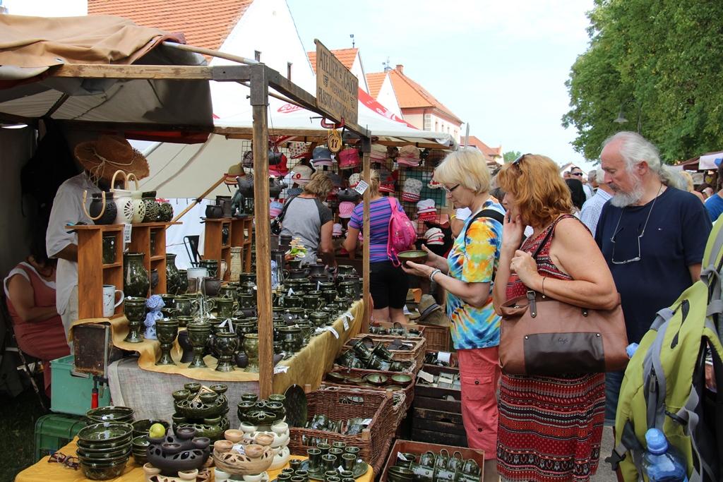 Selské slavnosti v Holašovicích se uskutečnily už podvacáté. Na jarmarku nabídly své výrobky stovky řemeslníků