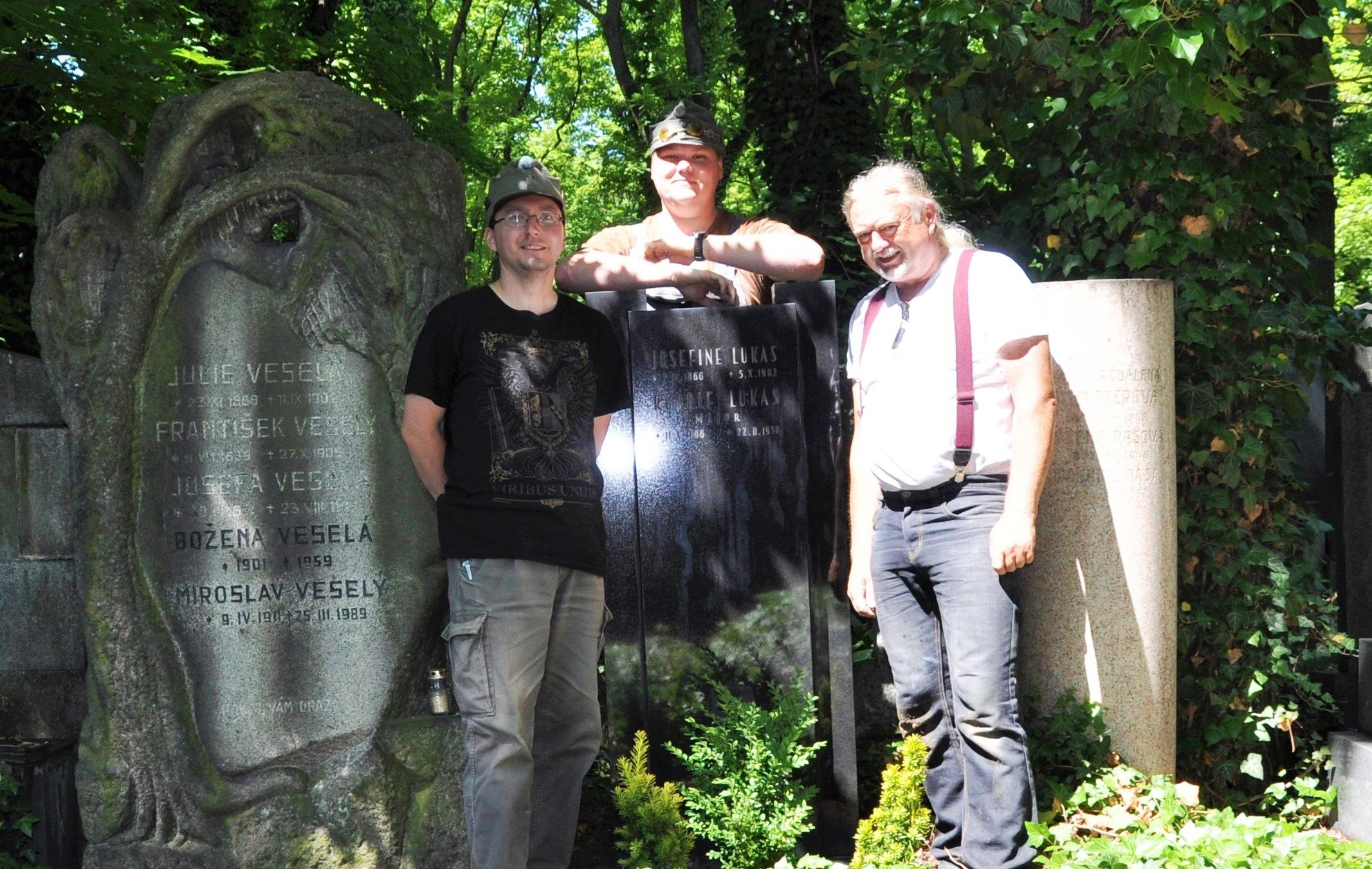 Členové spolku Jednadevadesátníci, který se hlásí k odkazu 91. pěšího pluku z Českých Budějovic, u hrobu Rudolfa Lukase