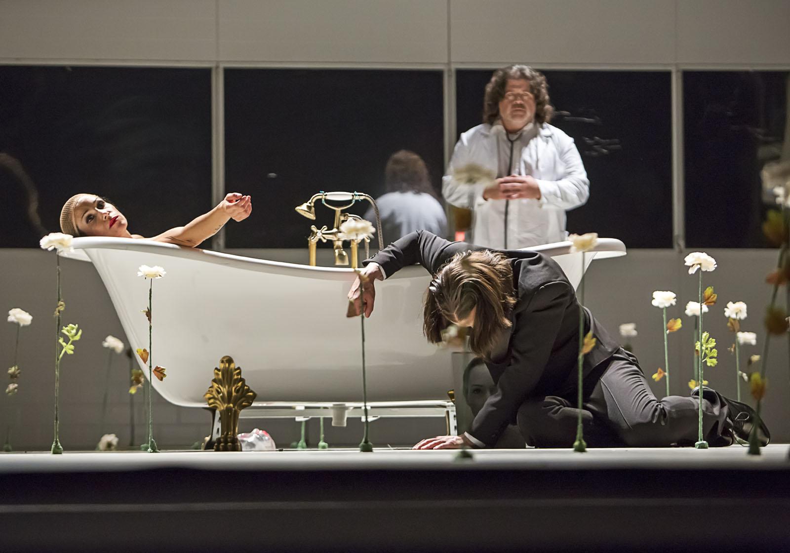 V netradičním pojetí uvádí Jihočeské divadlo operu La traviata. Inscenaci režírovala Veronila Poldauf Riedlbauchová