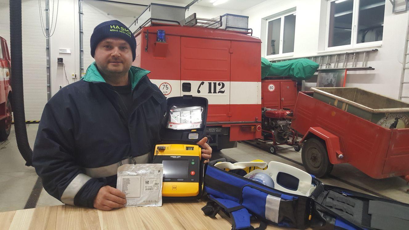 Automatický defibrilátor použil po kolapsu staršího muže Tomáš Míchal. Zachránil mu tak život
