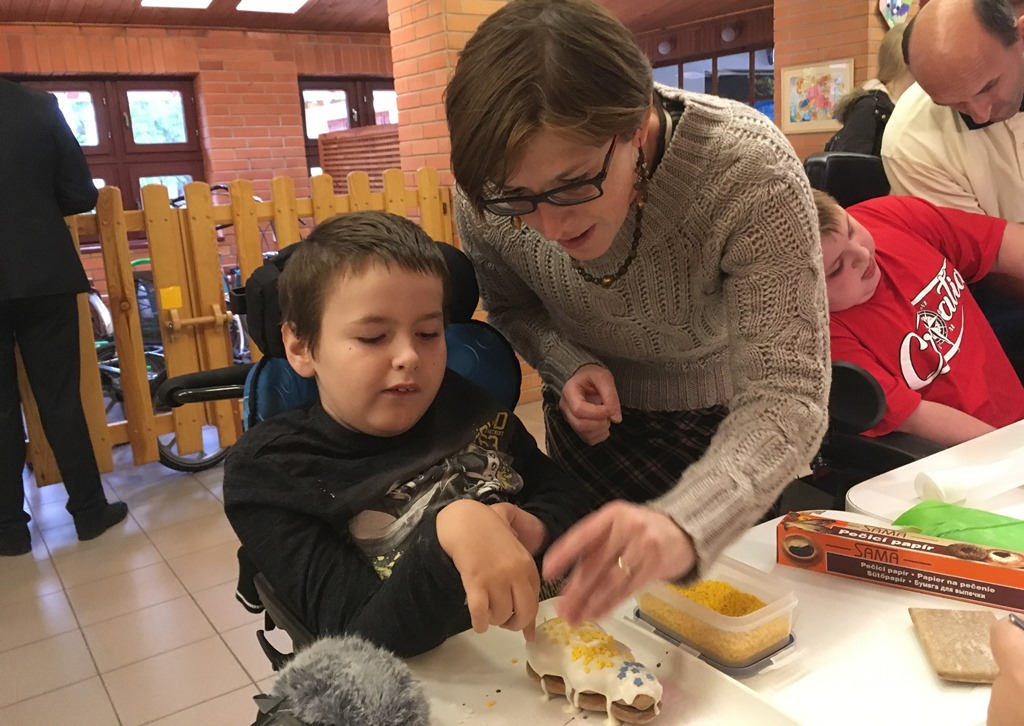 Děti v českobudějovickém centru Arpida vyráběly perníčky pro papeže Františka. Osobně mu je při audienci ve Vatikánu předá desetiletý vozíčkář Martin