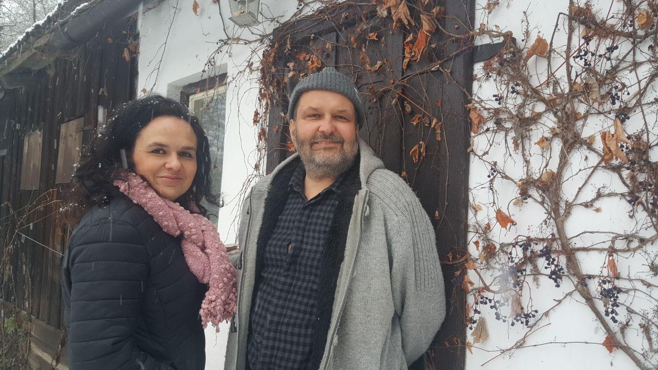 Lucie Heppnerová a Tomáš Drábek v prosinci 2017 před chalupou ve Stráži nad Nežárkou, kterou si letos v létě po operaci Tomáš pořídil