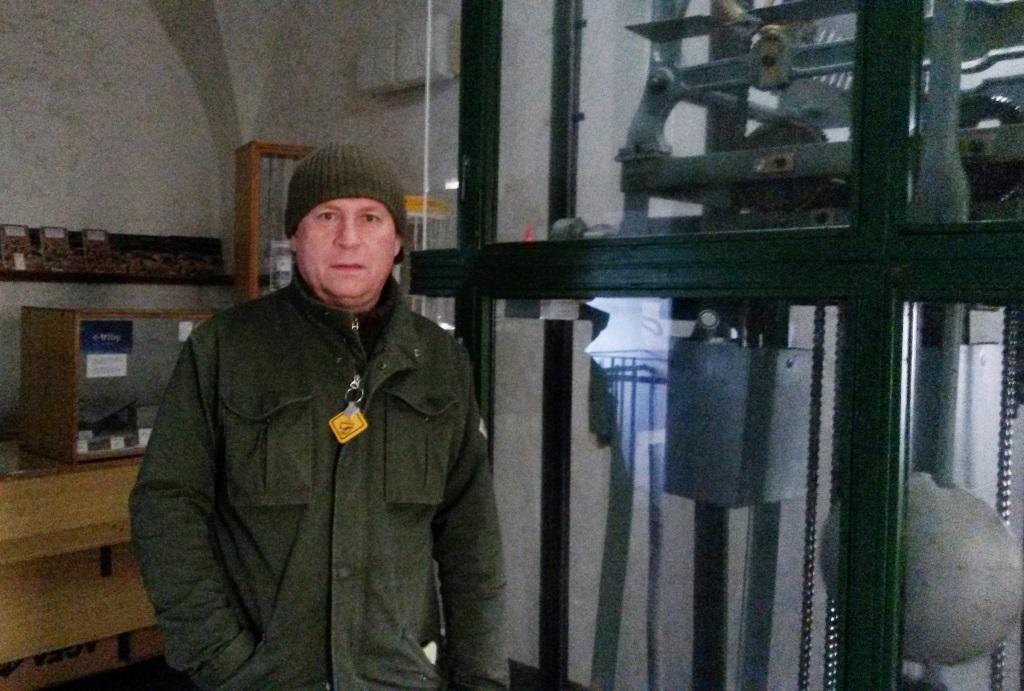 Správce českobudějovické věže Jan Vančura u hodinového stroje