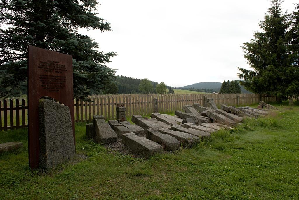 Pozůstatky německých hrobů na hřbitově v Kvildě