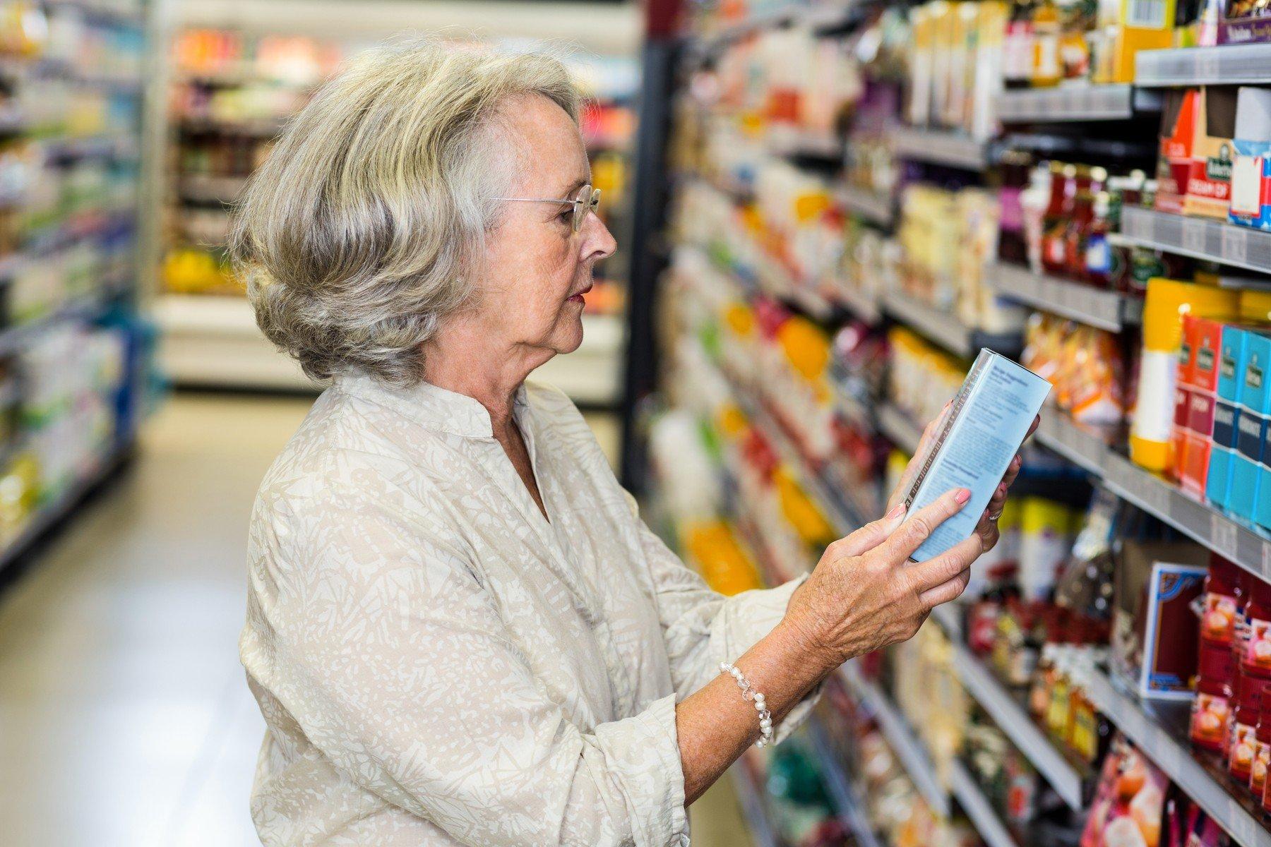 Seniorka v supermarketu