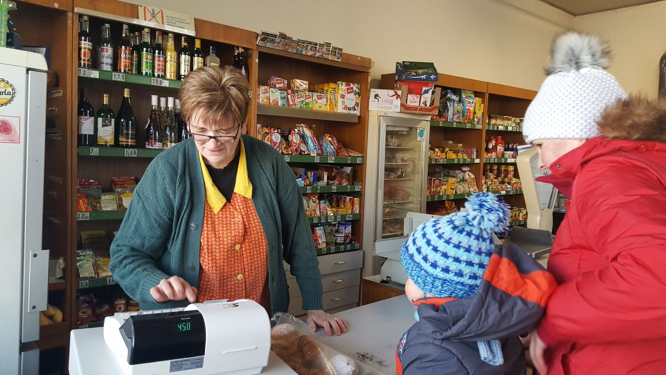 Ludmila Bednářová převzala obchod ve Zdešově po své matce. Na zbohatnutí to podle ní není, ale uživit se prodejem potravin v obci se 150 obyvateli dokáže