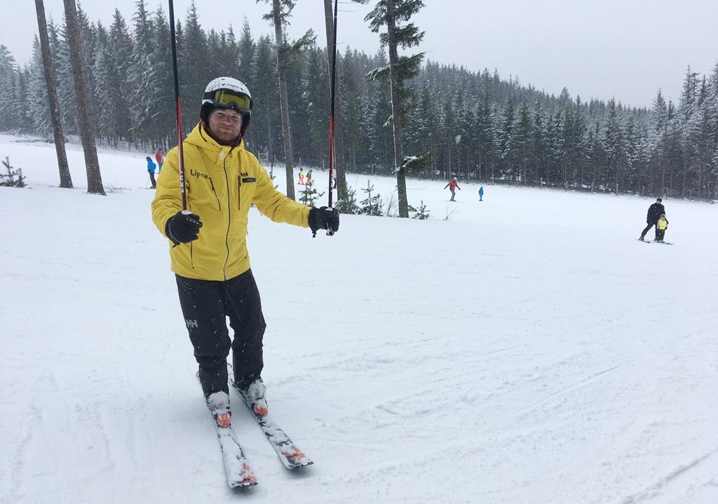 Instruktor Jaroslav Liška stráví s lyžaři výukovou hodinu na svahu a pomůže jim zdokonalit jízdu