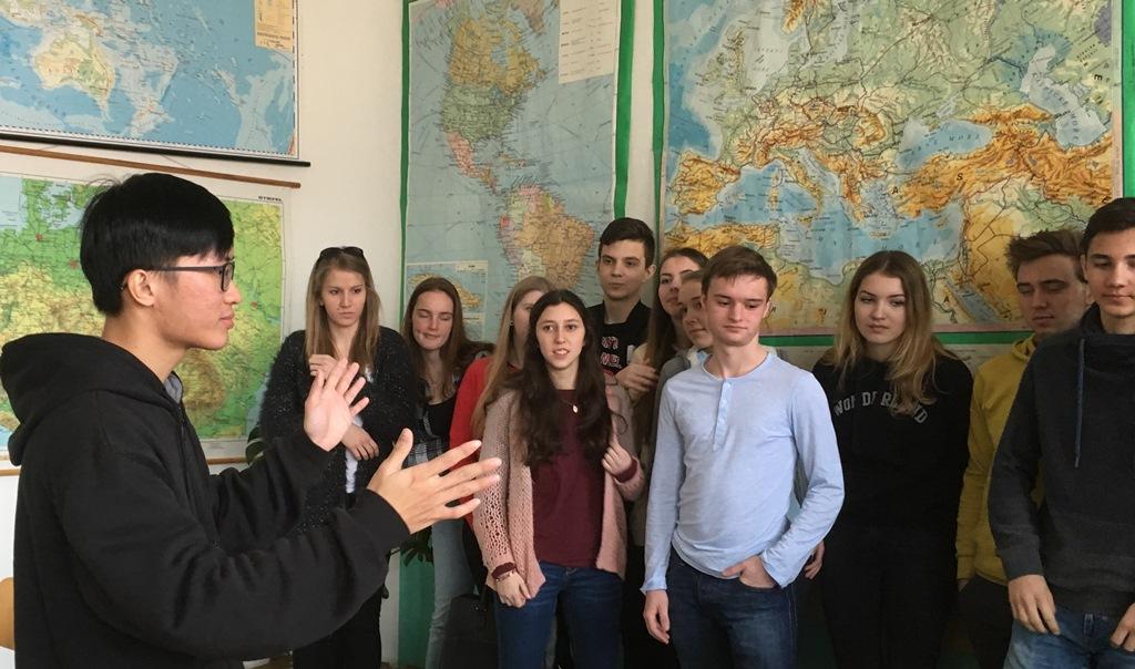 Třeboňské gymnázium už čtvrtým rokem spolupracuje se zahraničními stážisty. O své zemi a kultuře tu mluvil například Malajsan Lim