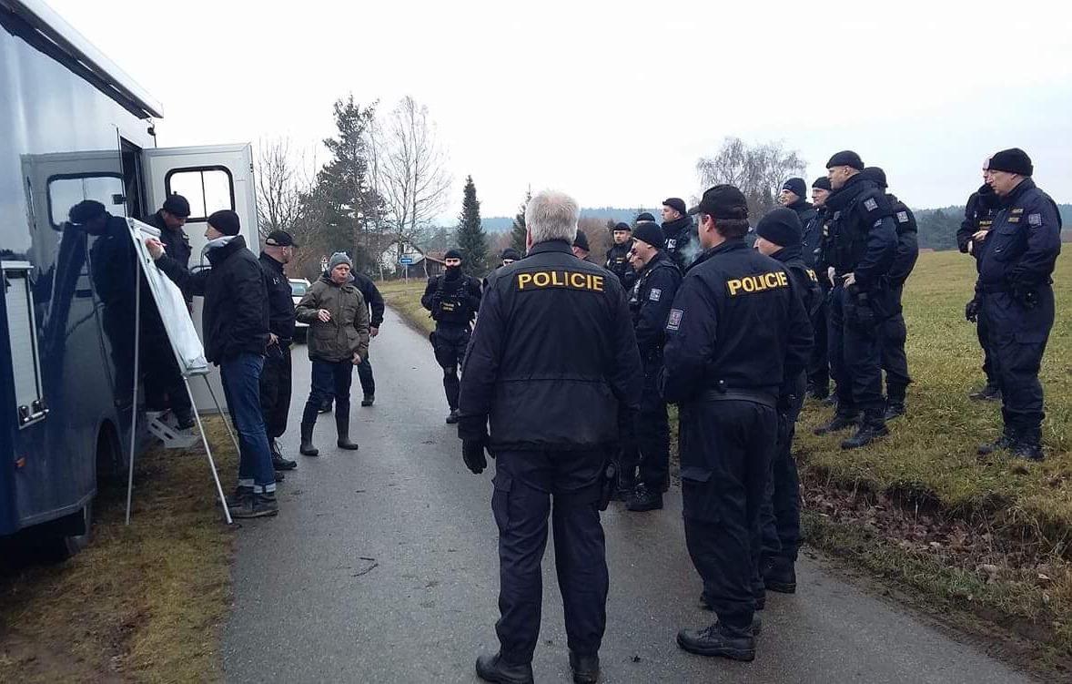 Policisté u místa činu při pátrací akci