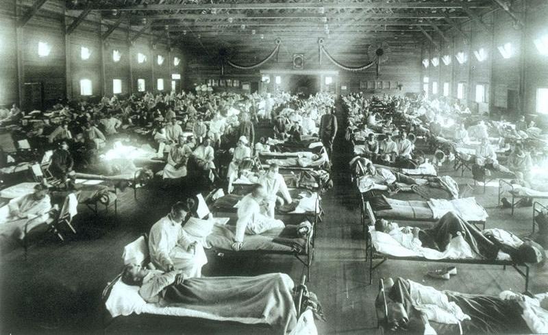 Snímek z roku 1918 zachycuje nakažené španělskou chřipkou v Camp Funston v Kansasu