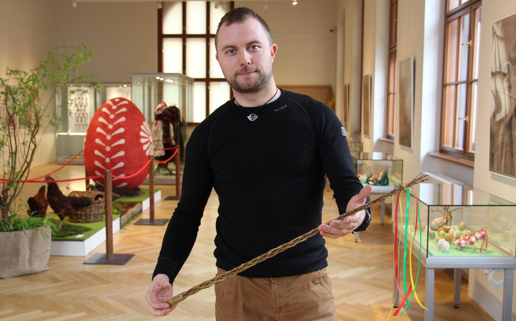 Martin Bach, pracovník Jihočeského muzea, plete pomlázky