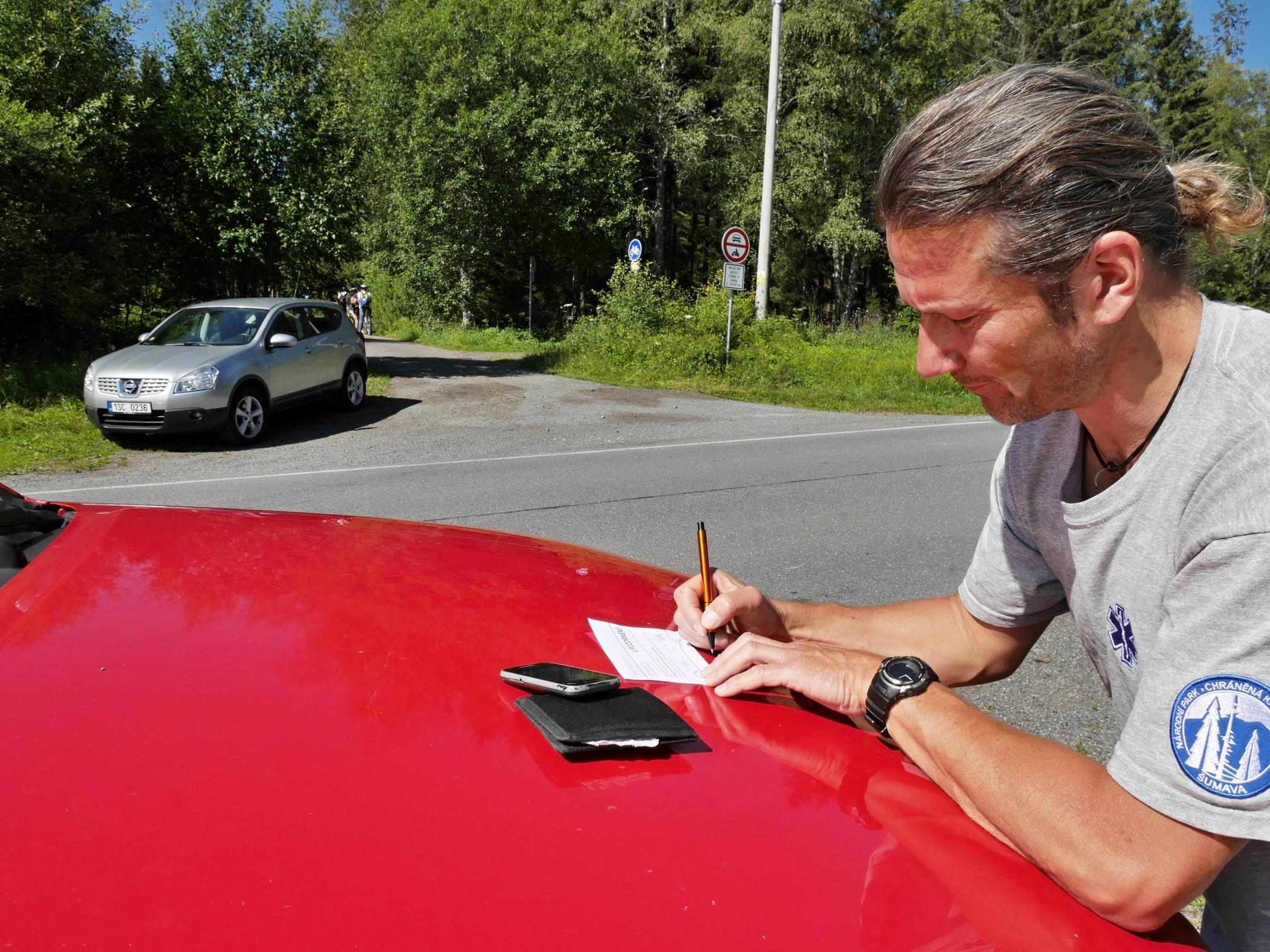 Houbaři na Šumavě platí pokuty za parkování mimo vyhrazená parkoviště