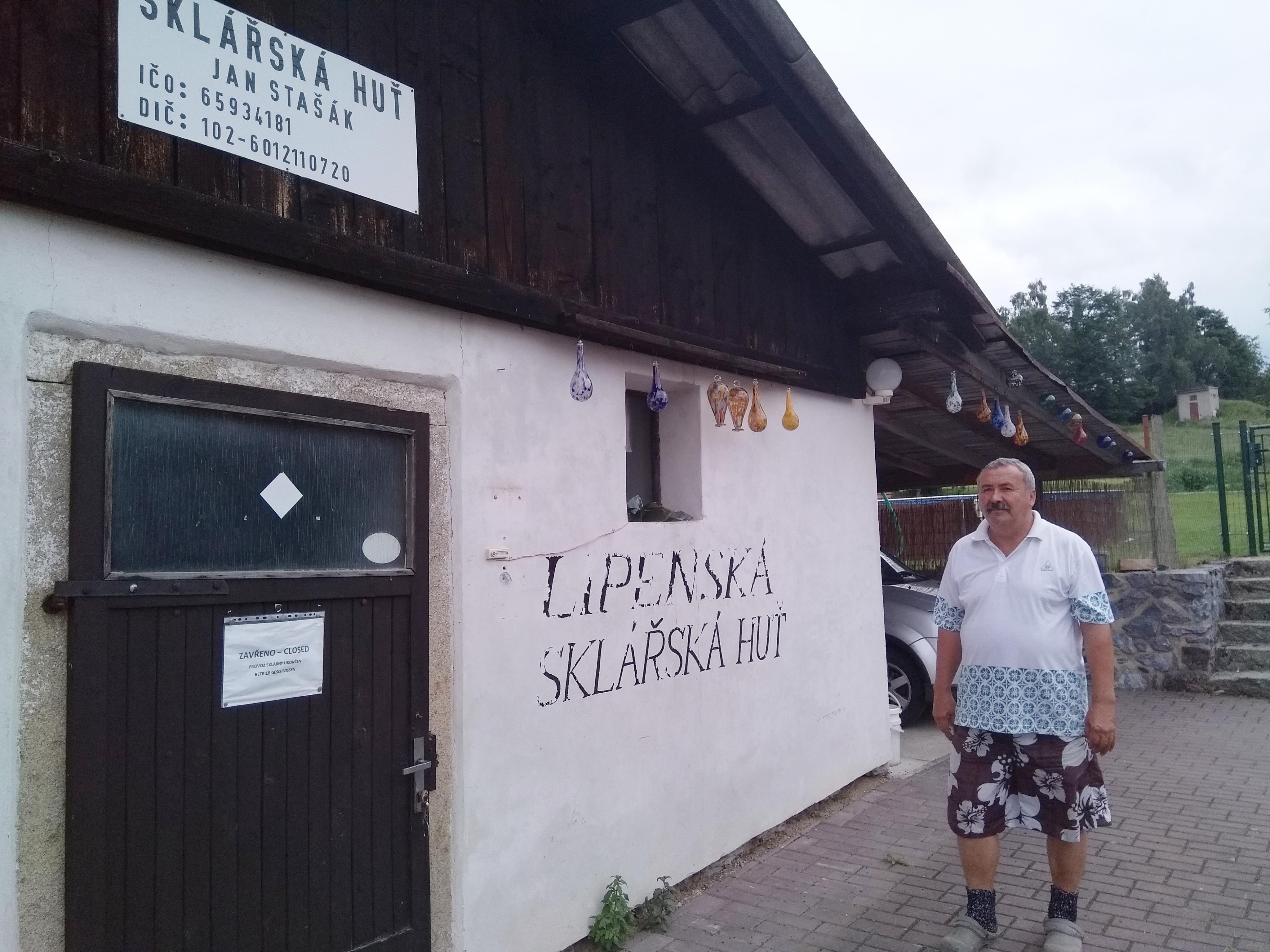 Jan Stašák musel sklářskou huť v Milné zavřít. Sám už na práci nestačí a mladé pokračovatele řemesla nemůže sehnat
