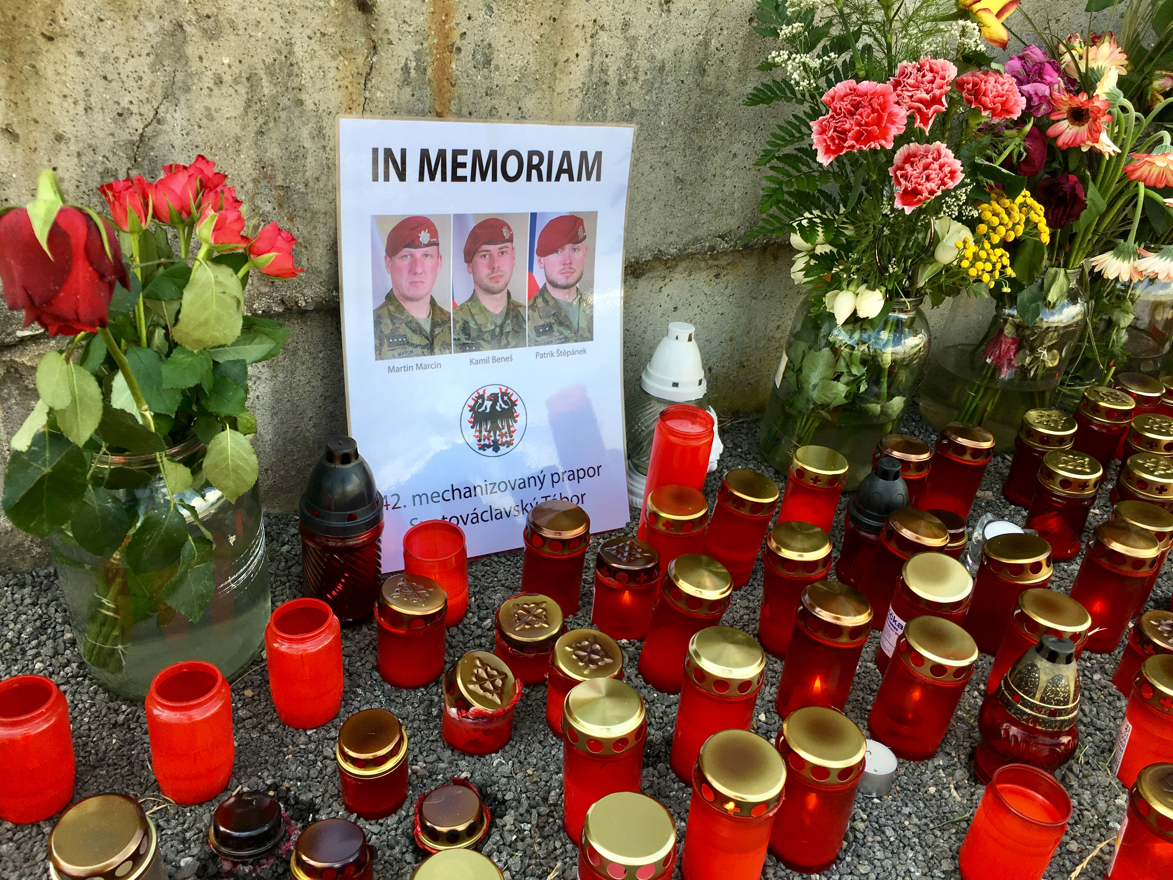 Pietní místo u kasáren v Táboře, kde sloužili vojáci padlí v Afghánistánu po teroristickém útoku