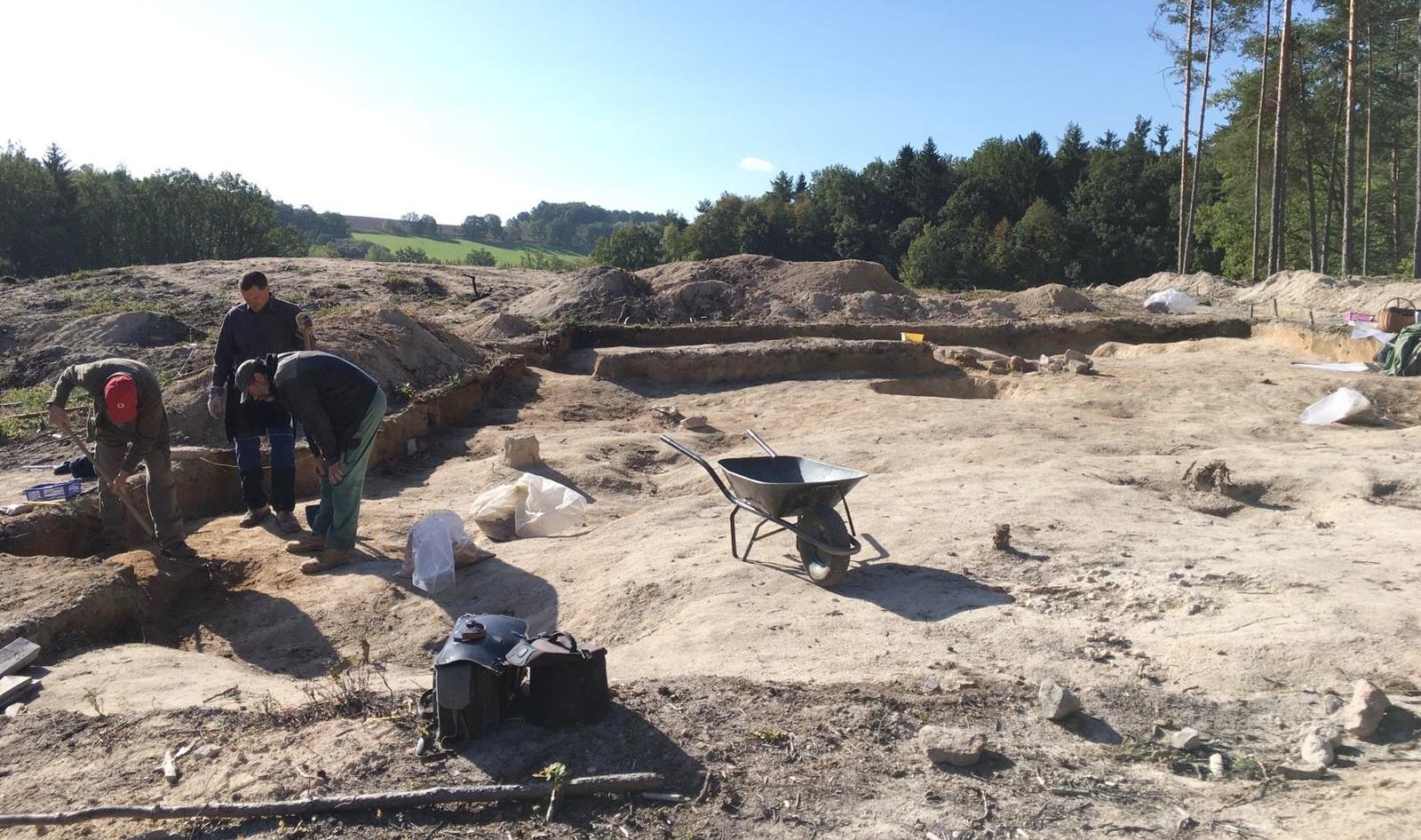 Archeologové pracují v trase plánované dálnice D3 u Plavu na Českobudějovicku