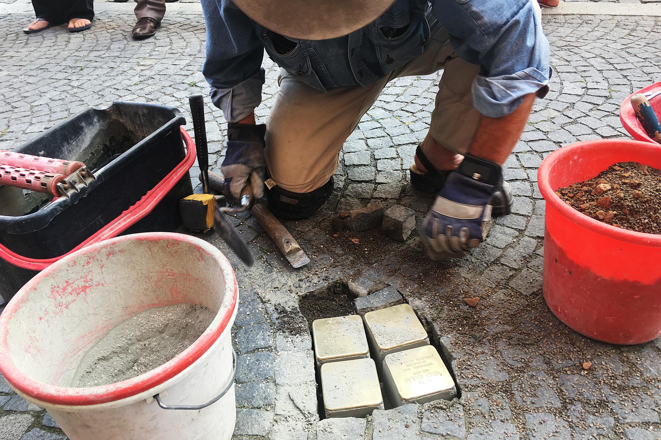 Gunter Demnig instaluje v Chrudimi další kameny zmizelých