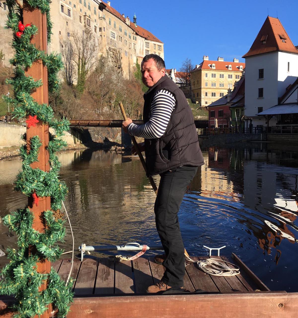 Vorař a veslař Radek Šťovíček nabízí na řece Vltavě v Českém Krumlově speciální vánoční voroplavbu