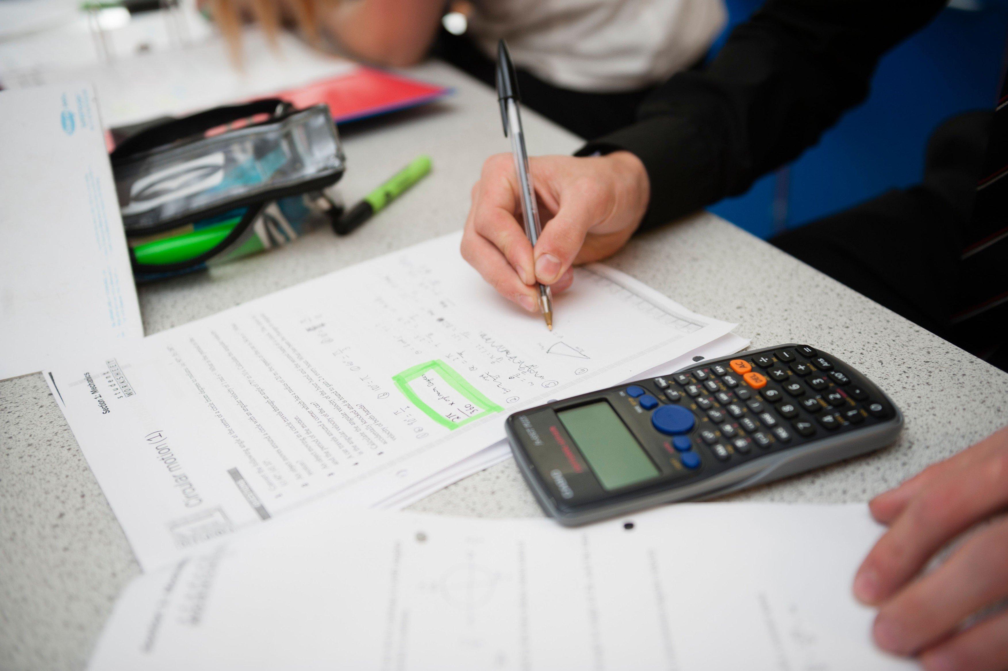 Škola, matematika, počítání, kalkulačka, test, písemka. Ilustrační foto