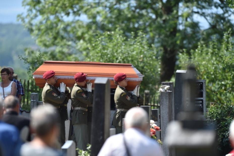 Padlý voják Kamil Beneš je pochován na hřbitově v Hluboké nad Vltavou. Smuteční obřad se uskutečnil v místním kostele