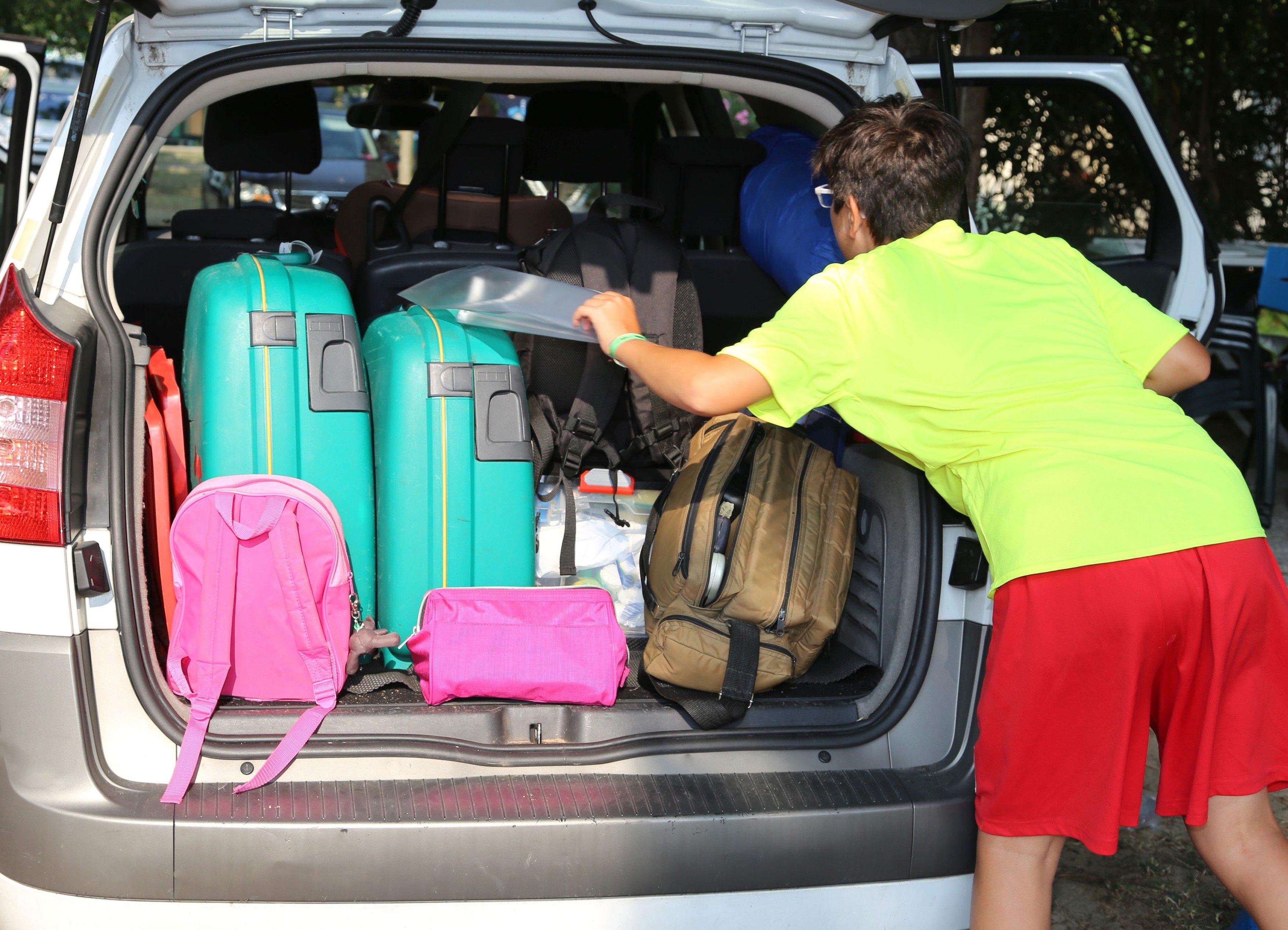 Kufry, auto, cestování, dovolená, balení
