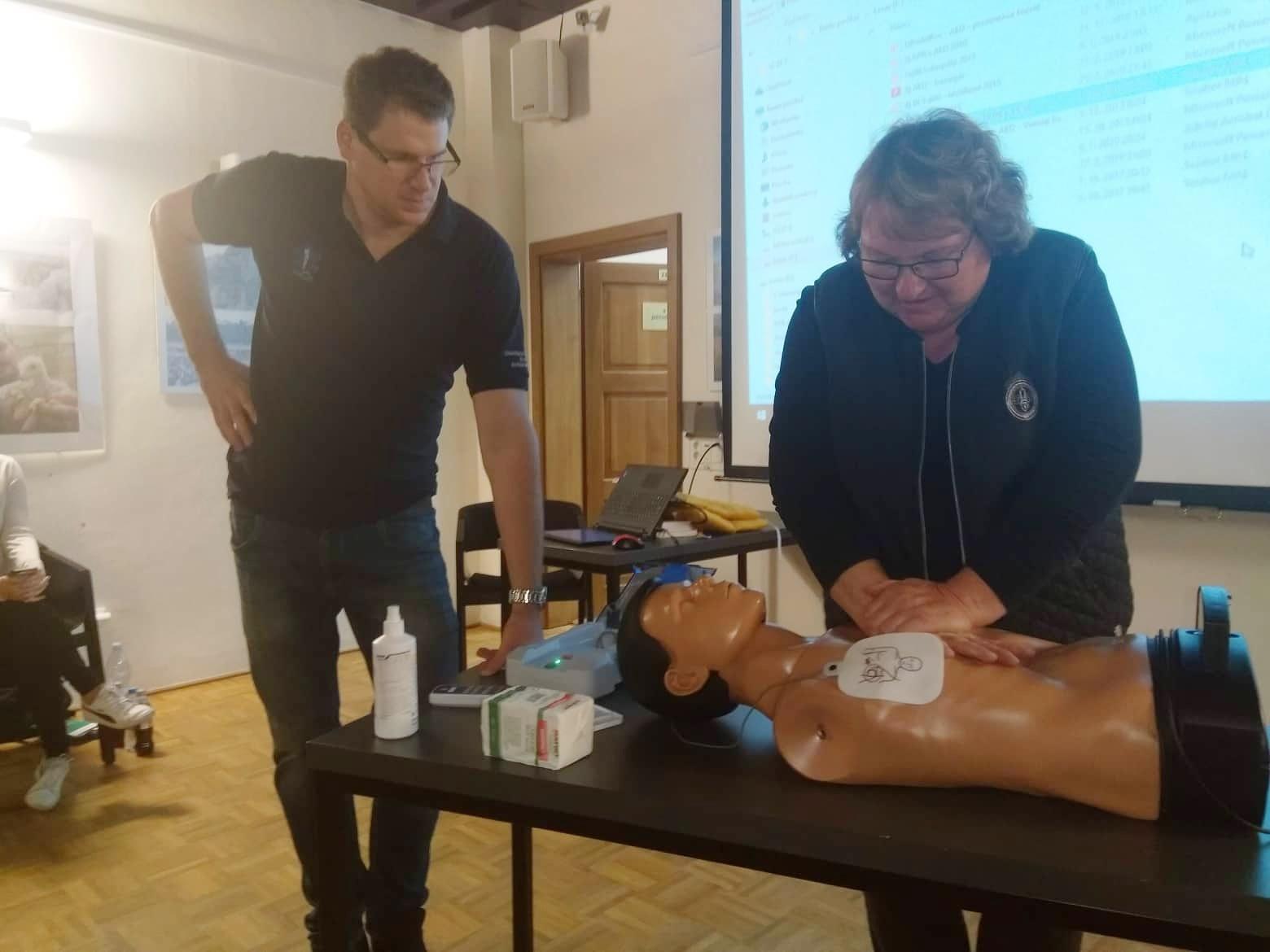 Obyvatelé Rudolfova se učili, jak použít automatický defibrilátor při resuscitaci