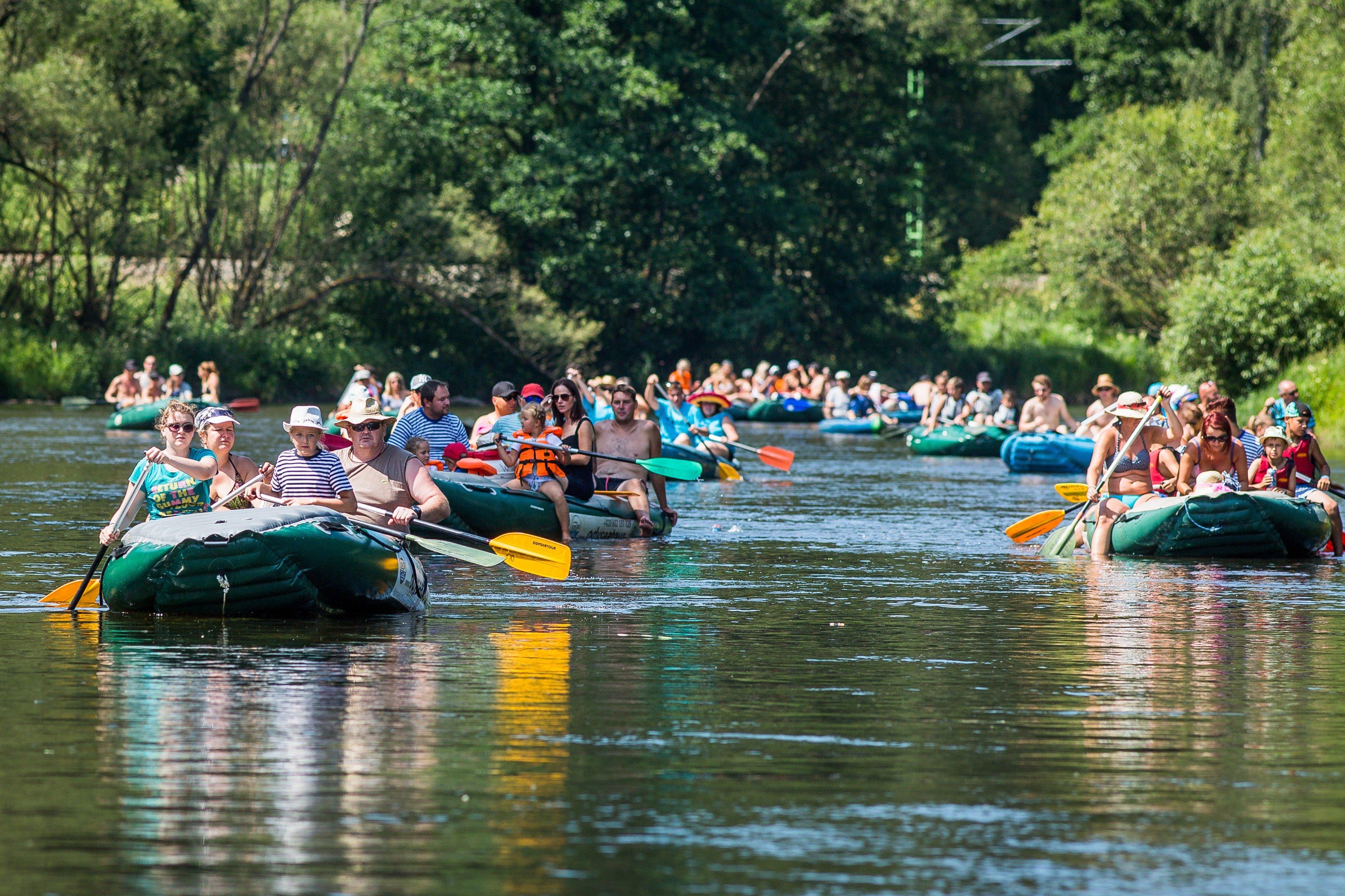 Vodáci, přeplněná řeka Vltava u Vyššího Brodu v jižních Čechách