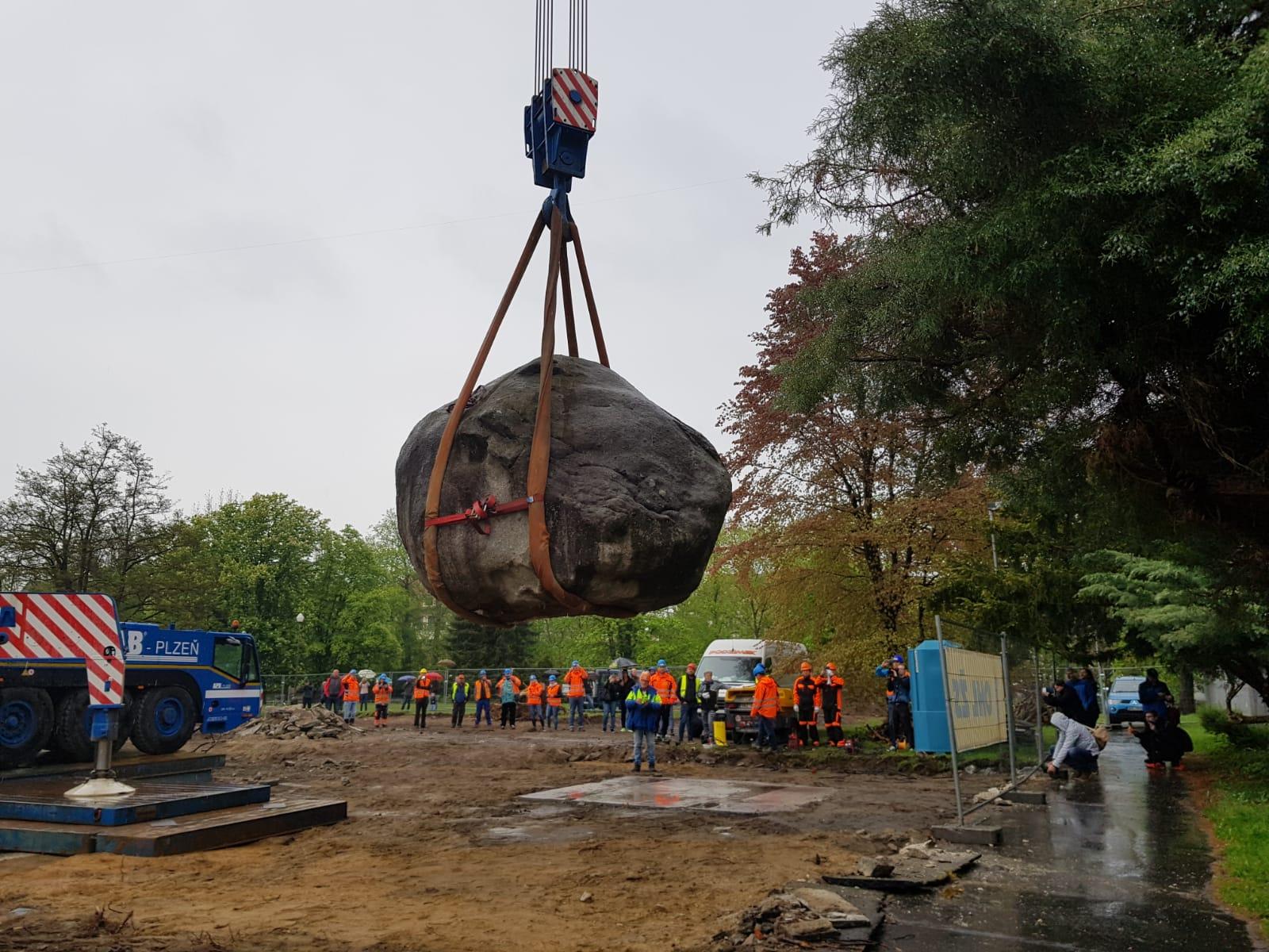Stotunový balvan u knihovny v Českých Budějovicích se stěhuje