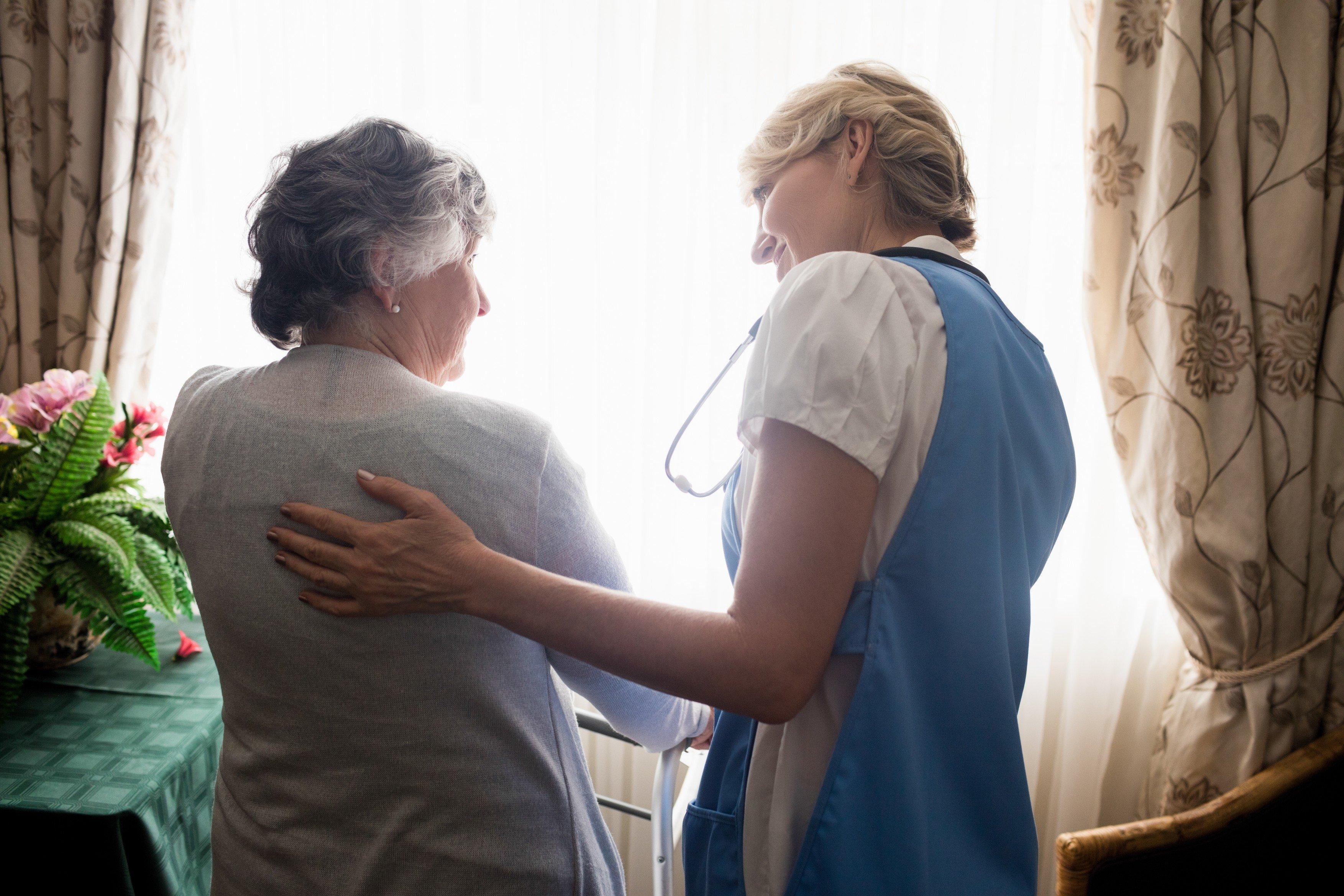 Seniorka, pečovatelka, domov důchodců, hospic, stáří, péče. Ilustrační foto