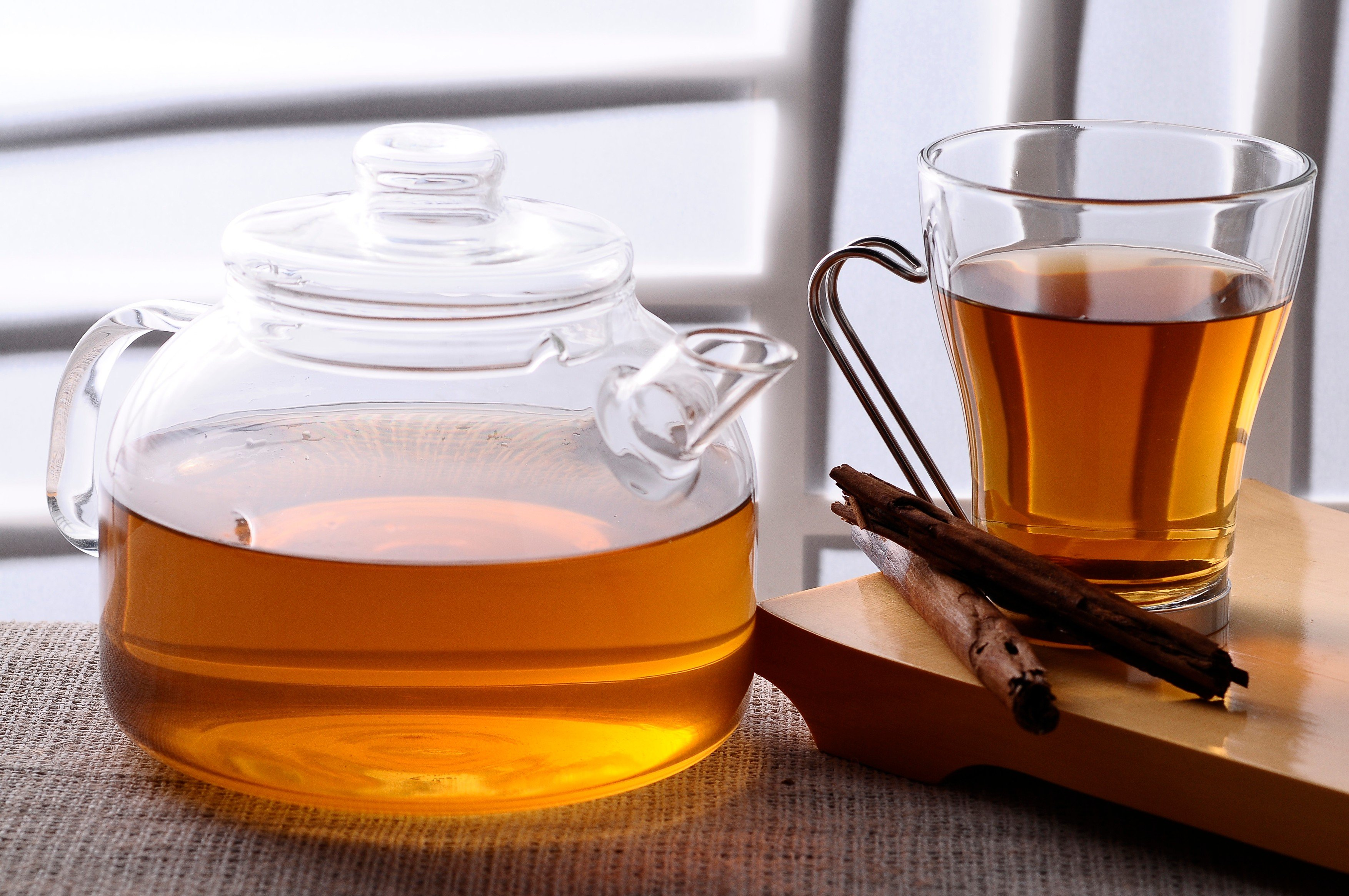 Čaj, hrnek, šálek, konvice, skořice. Ilustrační foto