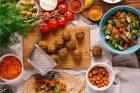Falafel s ingrediencemi (ilustrační foto)