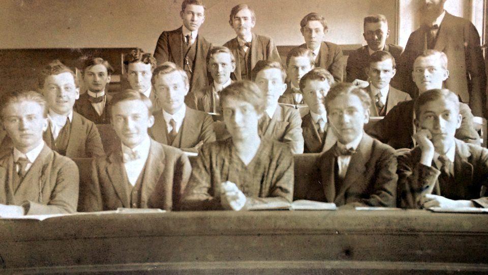 Růžena Cermanová, první dívka studující na třeboňském gymnáziu, mezi spolužáky