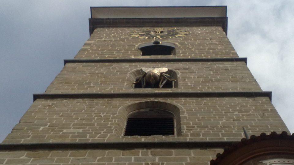 Obří moucha na Černé věži v Českých Budějovicích