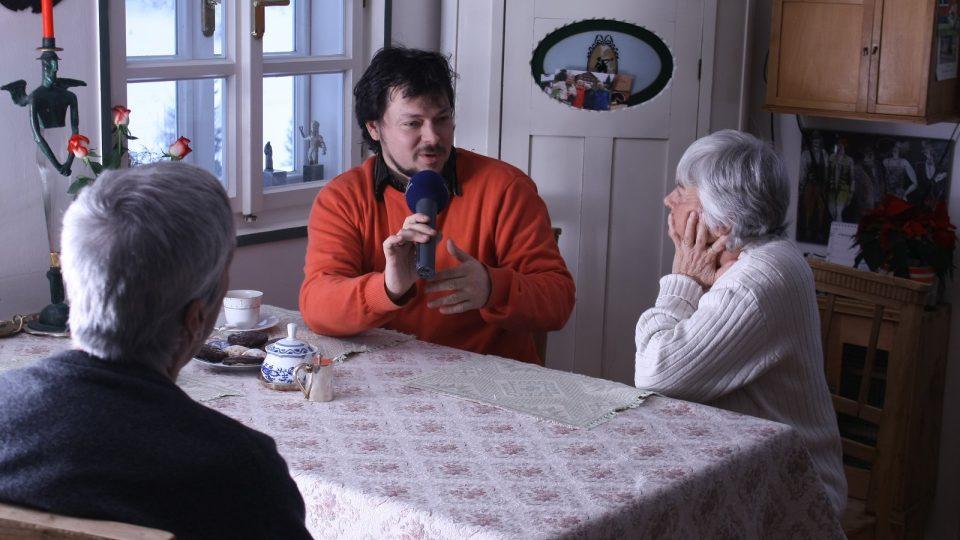 Redaktor Ivan Studený si povídá s manželi Vávrovými o možnostech současného kamnářství