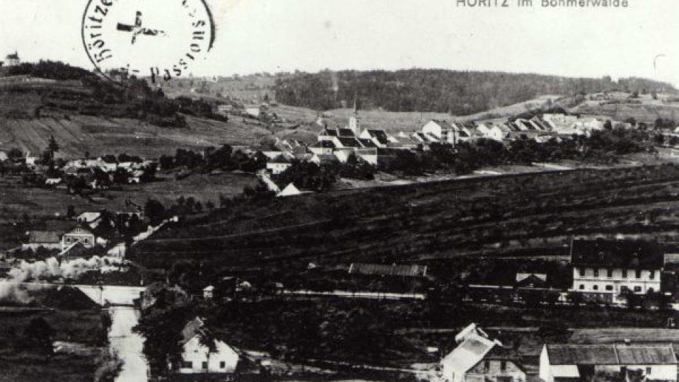 Pohled na Hořice na Šumavě, vlevo kaple Panny Marie Bolestné a areál pašijových her, 1905