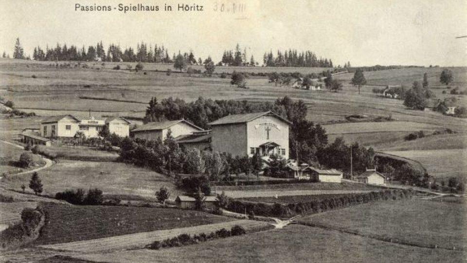 Hořice na Šumavě. Pašijové divadlo, nahoře budova pašijové restaurace, 1908