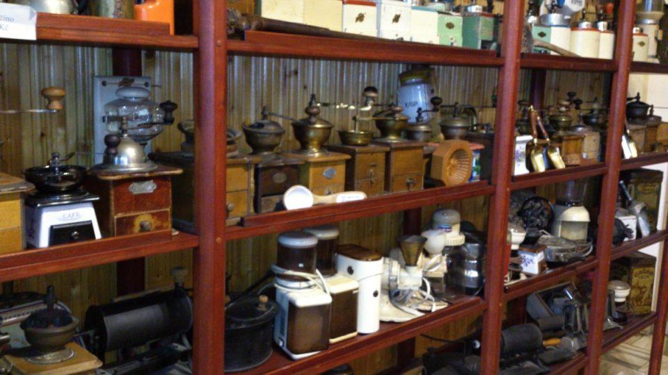 Sbírka kávových mlýnků v Borohrádku u Petra Frolíka