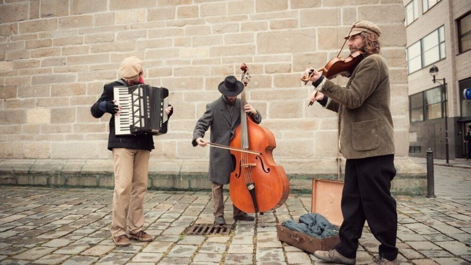 Ještě než vyrazil do ulic ve čtvrtek první průvod hrkačů, překvapila kolemjdoucí tříčlenná kapela potulných židovských muzikantů. Jako předvoj průvodu se zastavili na několika místech v historickém centru a potom doprovodili hrkače na jejich cestě městem