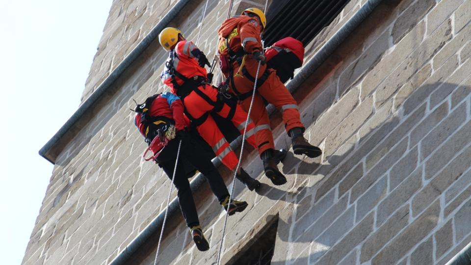 Jihočeští záchranáři cvičili na Černé věži v Českých Budějovicích. Akce simulovala zásahy ve výškových objektech
