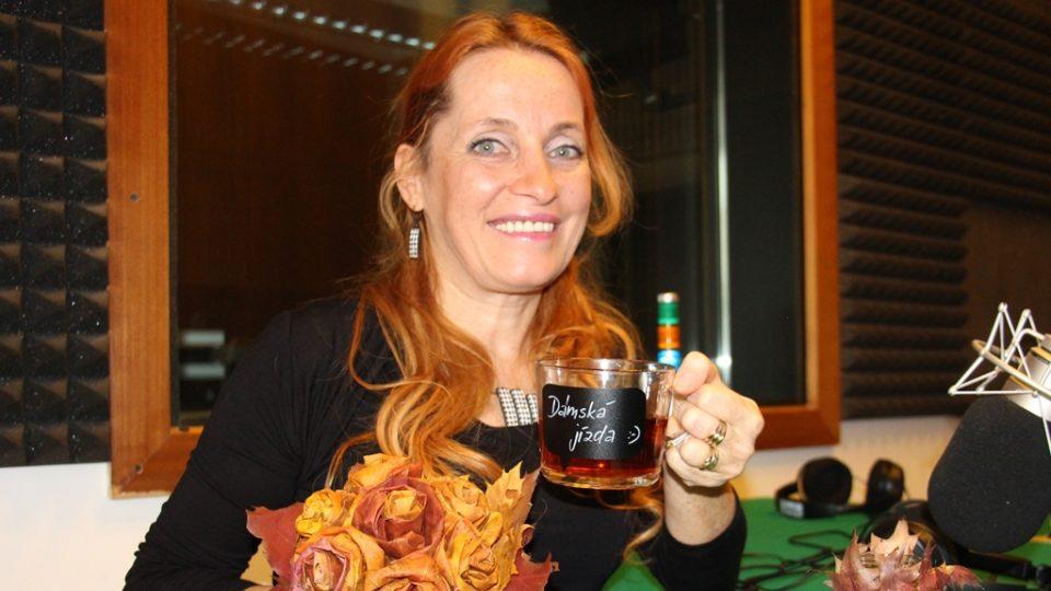 Monika Brýdová přinesla do pořadu Dámská jízda kytici z javorových listů i listy ozdobený svícen